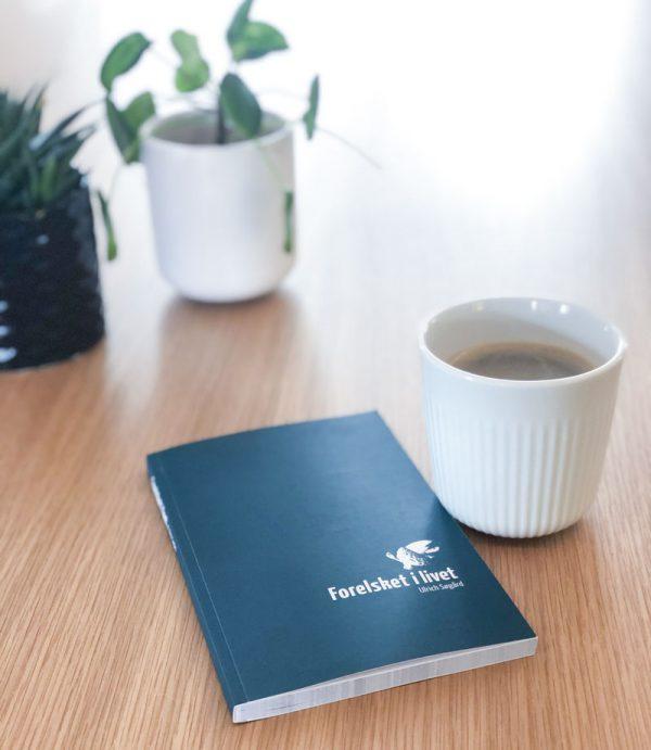 Bogen 'Forelsket i livet' på et bord
